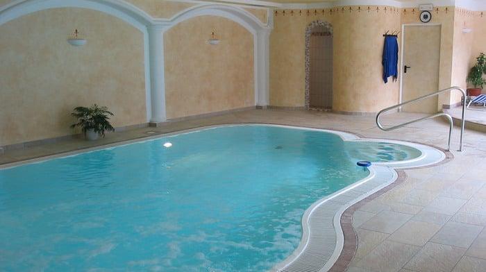 berlaufbecken schwimmbecken von polyfaser pools pooldach. Black Bedroom Furniture Sets. Home Design Ideas
